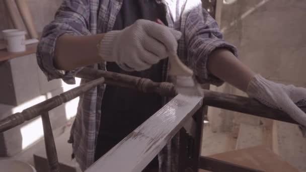 Tischlerin, Designerin, Dekorateurin, arbeitet in einer Werkstatt zur Restaurierung alter Möbel