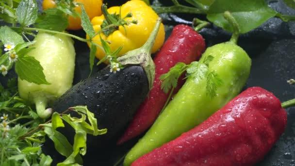 Friss bioélelmiszerek a vízcseppek. Zöldségek, padlizsán és paprika