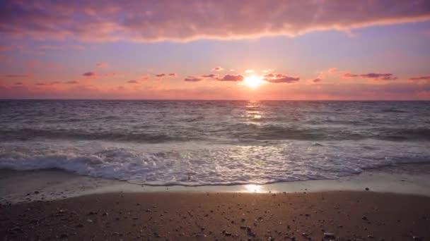 krásná tropická pláž při západu slunce