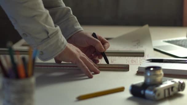Detailní práce Inženýr s kresbami, Nástroje a kancelář pro designéra