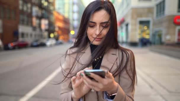 Video von Frau beim Tippen am Telefon