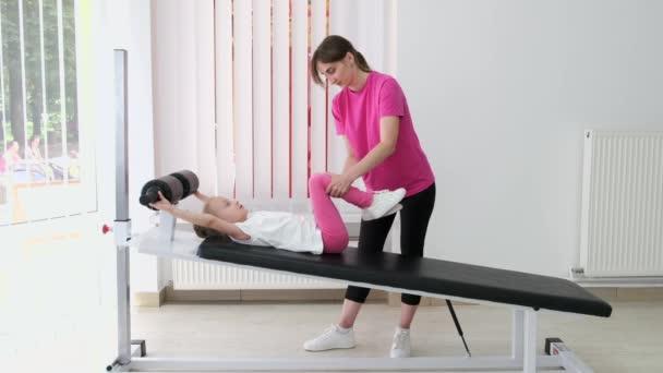 lékařský pracovník s pacientem při fyzické terapii