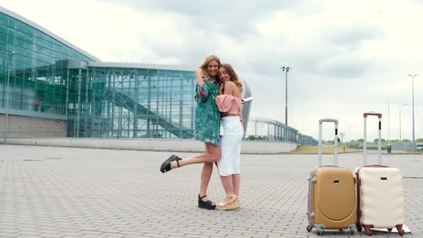 Dívky v plné výšce pózovat pro fotografii vedle letiště