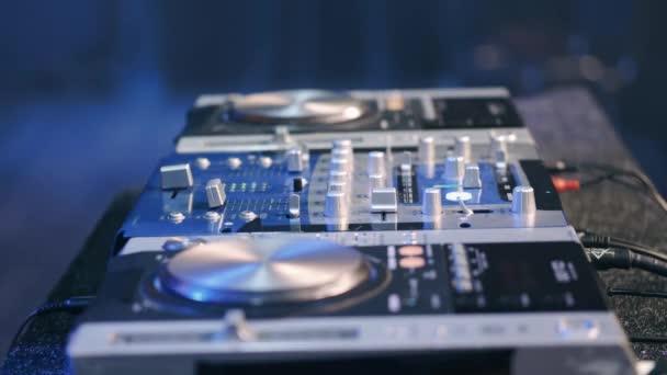 Közelkép DJ kezét irányító zenei asztal egy night club