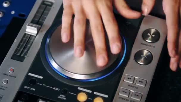 DJ-Mädchen spielt Musik in Disco-Club