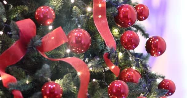 Karácsonyi fények, dekoráció, fény, szalagok és vörös karácsonyfa baubles. Dekoráció, díszes fa.