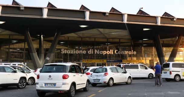 Neapol, Itálie-17. dubna 2019: Piazza Garibaldi, stanoviště taxi před vlakovým nádražím. Taxi, které se nachází před hlavním nádražím.