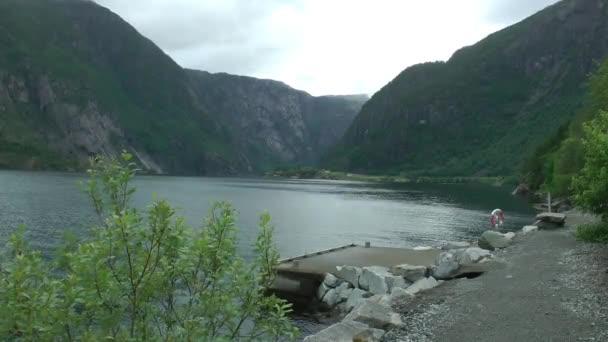 Dech beroucí panorama krásné klidné horské jezero