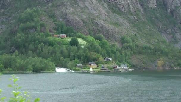 Panorama z krásné klidné horské jezero