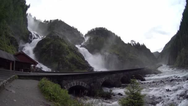 Velký kaskádový vodopád. Silnice v Norsku přes vodopád. Turistické trasy
