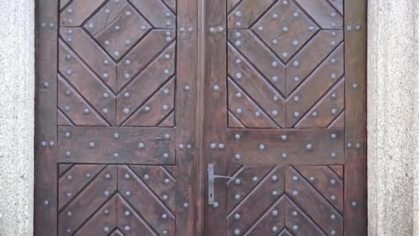 Alte hölzerne Eingangstür. Holztür mit alten Patten. Alte Holztür
