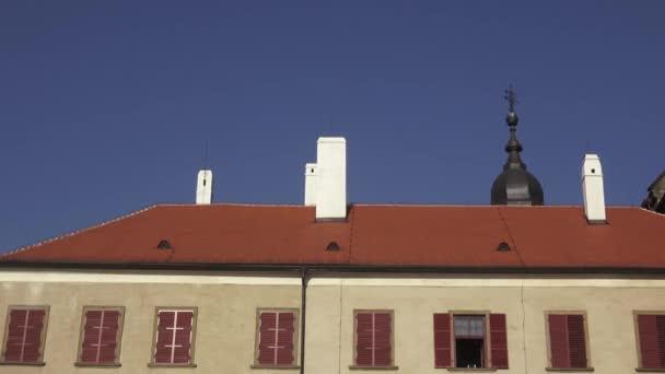 Stará střecha historická budova s komíny a windows