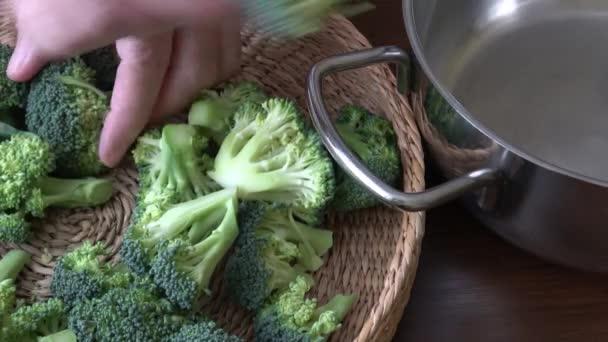 egészséges zöld szerves nyers brokkoli főzésre készen