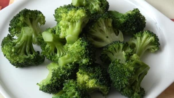 Zdravá zelená organická brokolice připravená na jídlo