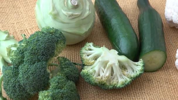Választék zöld zöldségek. Brokkoli, karfiol, kohlrabi, uborka, póréhagyma. Egészséges táplálkozás.