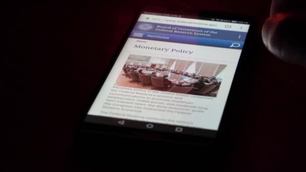Saransk, Rusko - 31. ledna 2019: Na obrazovce chytrého telefonu jsou zobrazeny podrobnosti o webových stránkách Federálního rezervního systému.