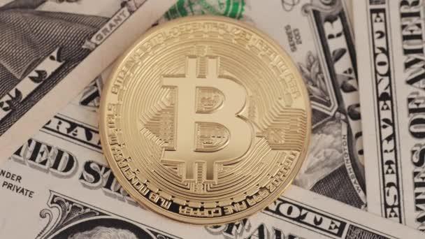 Aranybevonatú Bitcoin a dollár számlák.