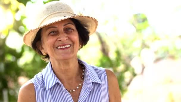 Portré a vezető brazil asszony nézi a kamera a naplemente, és mosolygott. Vízszintes forma, másol hely