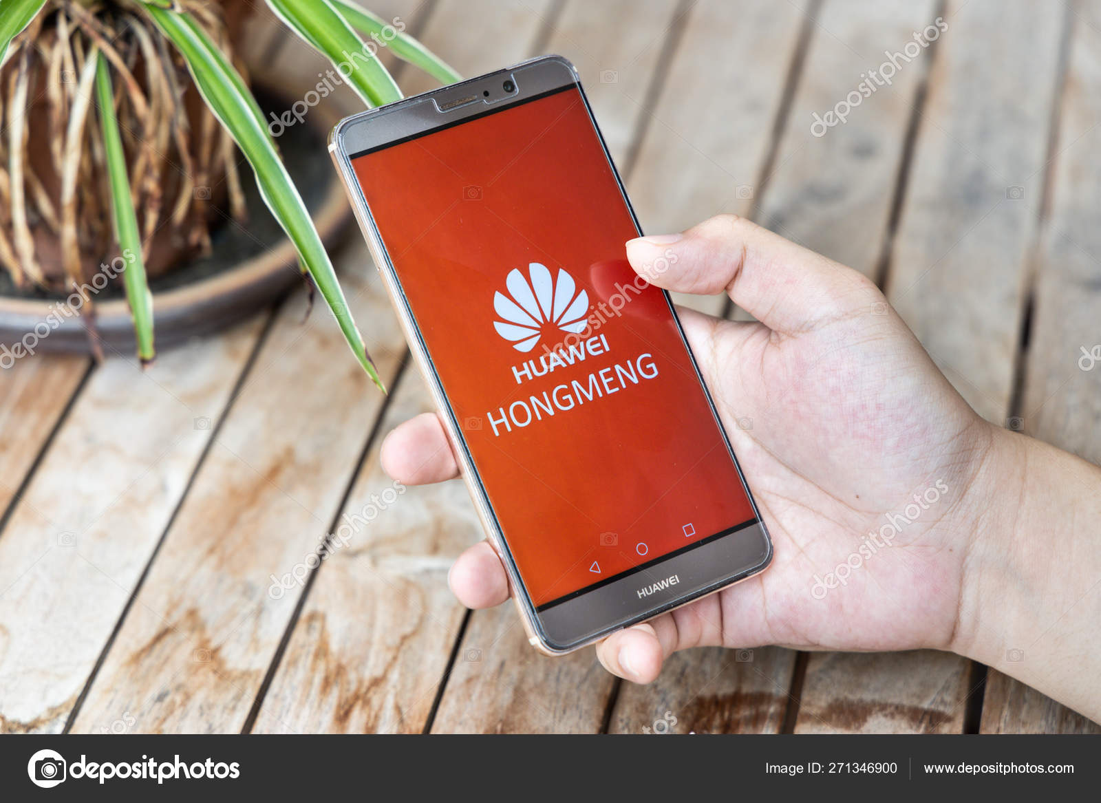 Person holding Huawei Mate phone with Hongmeng OS symbol