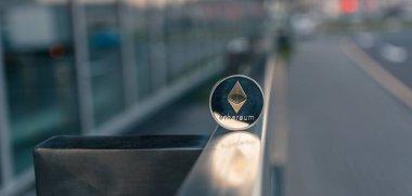 Gümüş Ethereum kürsüye metal küpeşte