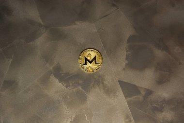 arka plan maded üzerinden dekoratif sıva üzerinde altın monero