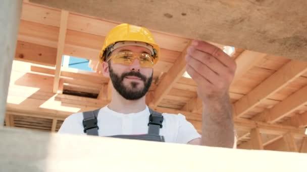 Ten muž je tvůrce na střeše dřevěný rám domu.