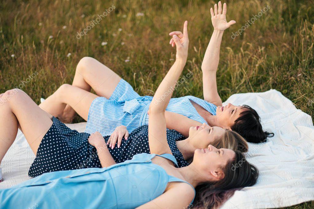 Женщины любительское видео отдыха подружек рыжих очках короткой