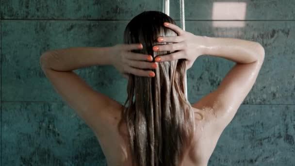 Krásná mladá žena blondýnka ve sprše v koupelně.