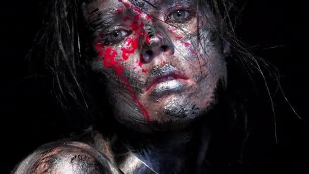 Divat glamour portré gyönyörű fiatal kaukázusi nő fekete háttérrel. Világos színű kreatív smink. Drámai sötét kép. Piszkos arc hatása vércseppekkel.