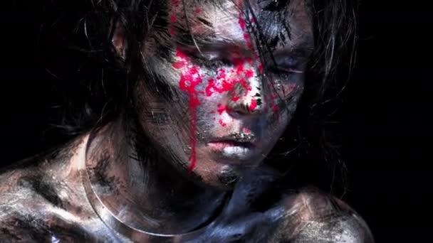 Módní glamour portrét krásné mladé bělošky na černém pozadí. Jasné barevné kreativní make-up. Dramatický temný obraz. Účinek špinavé tváře s kapkami krve.