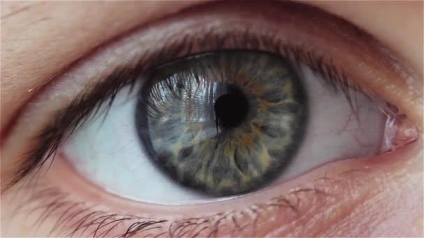mladá žena pláče. intenzivní pohled očí v makru. Detail oko bliká.