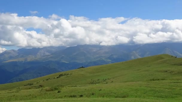 Panoramatický pohled z hory pod modrou oblohou v národním parku Dombai, Kavkaz, Rusko