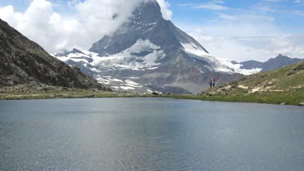 Malebný pohled zasněžený vrchol Matterhornu a jezero Stellisee, Švýcarské Alpy, Švýcarsko