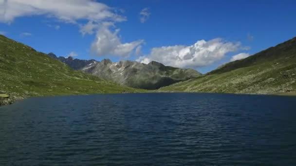 Prodleva zobrazení hor a jezera ve švýcarských Alpách pod modrou oblohou