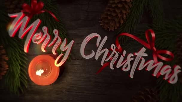 Animovaný closeup Merry Christmas text, svíčka a zelené větve stromů na pozadí. Luxusní a elegantní dynamický styl šablony pro zimní dovolenou