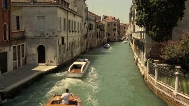 Panoramatický pohled na Benátky úzký kanál s historickými budovami a provoz lodí z mostu Foscari