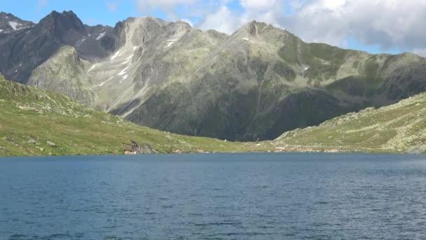 Malebný pohled na vrchol hory a jezera v švýcarských Alpách