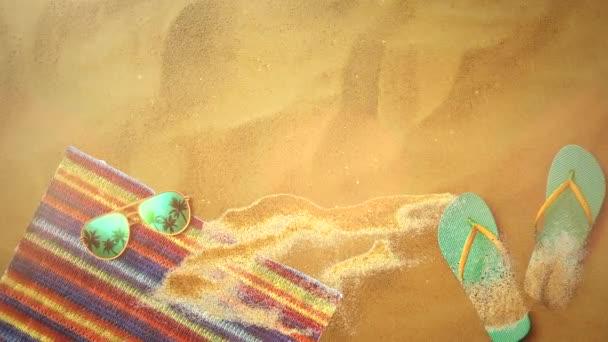 Closeup písečná pláž s sandály a sluneční brýle, letní pozadí