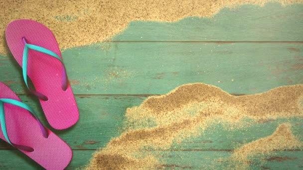 Closeup písečná pláž sandál na dřevo, letní pozadí