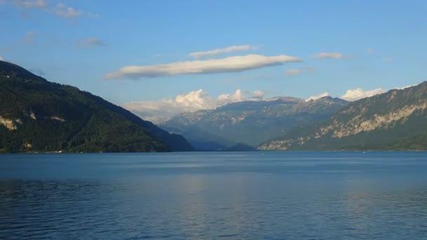 Pohled na jezero Thun (Thunersee) a hory švýcarských Alp ve městě Spiez ve Švýcarsku, v Evropě