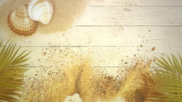 Closeup homokos tengerpart szandál a tengeri kagylókból, nyári háttérrel