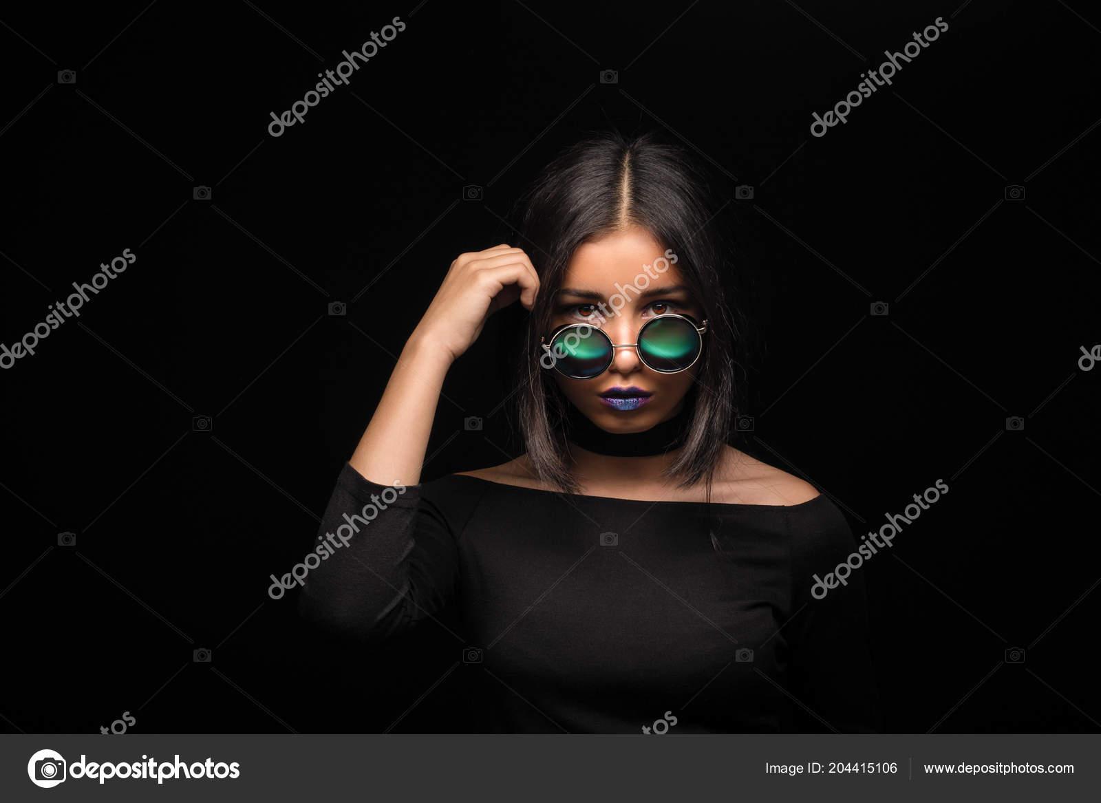 e37e989cd7 Πορτρέτο της δροσερό τρελό κορίτσι μελαχρινή της μόδας στα γυαλιά ηλίου