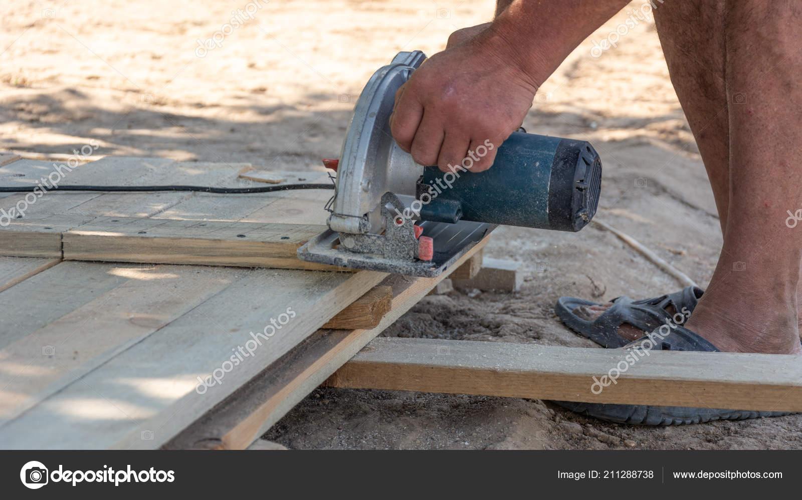 Bauen Eine Schalung Fur Den Zaun Tischler Mit Einer Kreissage