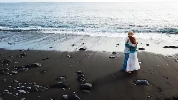 Pár v lásce vidět západ slunce na pláži