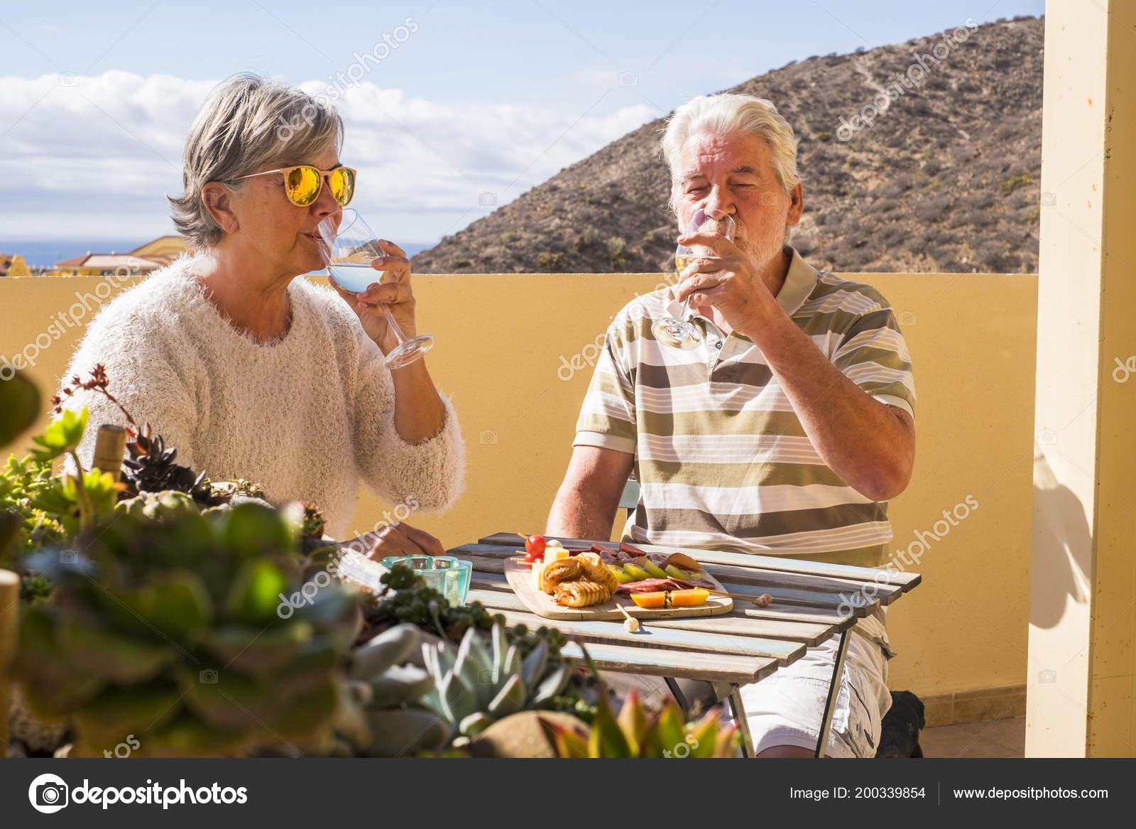 Senior Pareja Adultos Aire Libre Terraza Bebiendo Vino