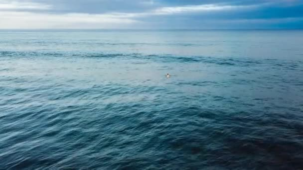 vlny na moři, na pláži