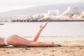 žena s dokonalým tělem, kterým se na pláži a odpočinek