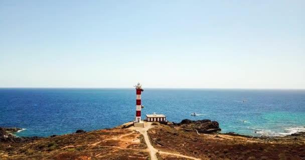 Blick auf Leuchtturm an der Küste am Meer Hintergrund