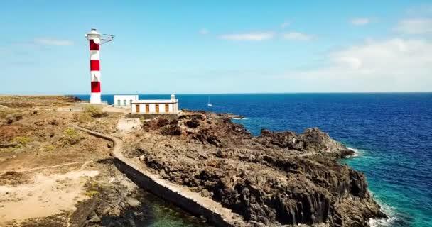 der Leuchtturm am Ufer auf Ozean Hintergrund vergrößern