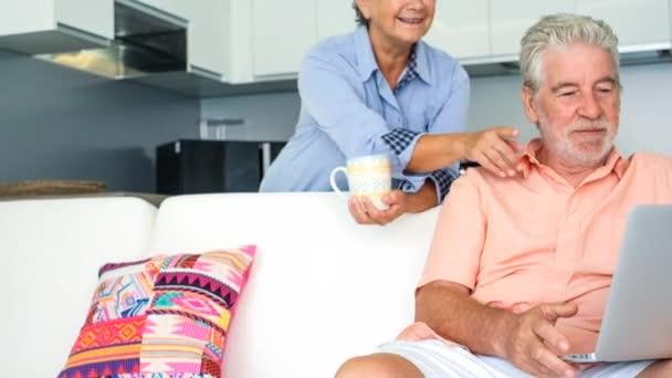 Älteres Paar mit und suchen im Laptop zu Hause